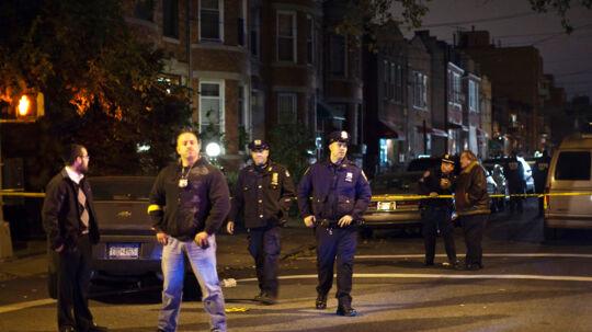 Fem mennesker, heriblandt fire børn, blev set lørdag aften lokal tid dræbt i et hjem i New York-bydelen Brooklyn. Her ses betjente fra New York Police Department (NYPD) foran gerningsstedet i Brooklyn-bydelen.