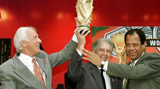 Hideraldo Luiz Bellini (tv) var anfører, da Brasilien vandt landets første VM-titel i 1958. Han afgik torsdag ved døden. Han er på billedet omgiver af Mauro Ramos og Carlos Alberto Torres, der var anfører for Brasiliens landshold, da de vandt guld i henholdsvis 1962 og 1970.