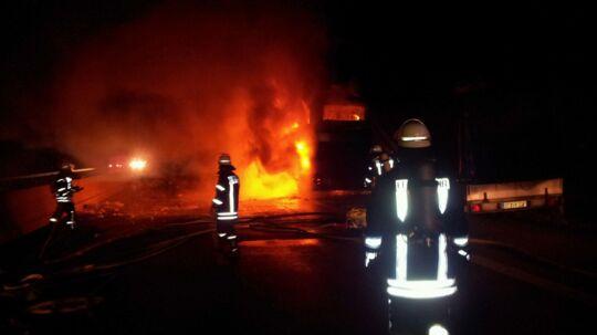 Brandvæsnet kæmper for at slukke ilden i bussen, men den udbrændte totalt.