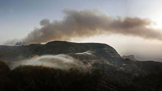 Brandene på de Kanariske øer har raset i flere dage. Søndag melder lokale medier, at de stadig er ude af kontrol.