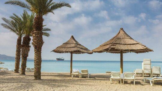 Charterbyen Eilat ligger langt fra det krigshærgede Gaza, men i juli har der ligget færre turister på solstolene end normalt.