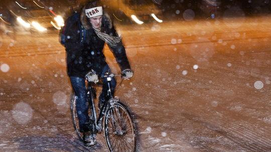 Vær forsigtig, når du skal hjem fra julefrokost fredag aften. Især i Nordjylland kan vejret nemlig give problemer med hjemtransporten. Men også mange andre steder i landet bliver det piv-glat. (Arkivfoto)