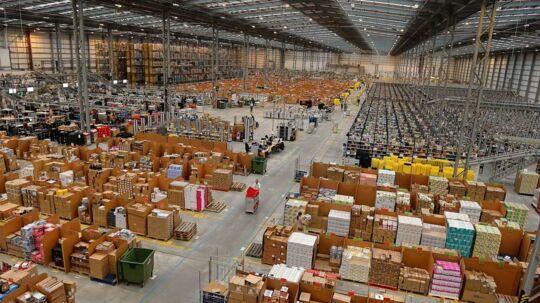 Amazons varelager i den engelske by Peterborough. Selskabets omsætning levede ikke op til forventningerne i sidste års fjerde kvartal.