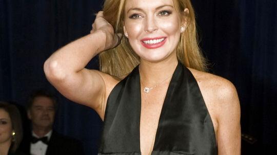 Lindsay Lohan slap med knubs, efter kolliderede med en lastbil i en lejet Porsche i fredags. Alligevel ruller skandalen over skuespillerinden igen. Hendes venner beskyldes nu for at ville afpresse lastbilchaufføren til ikke at ringe efter politiet efter ulykken.