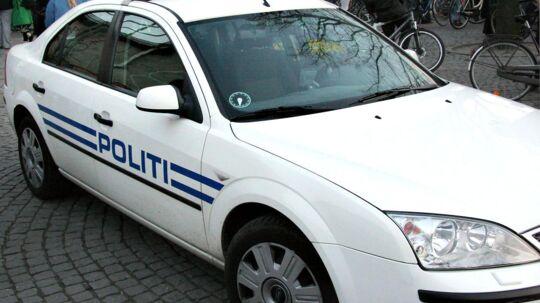 En politibetjent forhindrede her til eftermiddag et røveri i en bank i København og blev stukket ned af gerningsmanden.