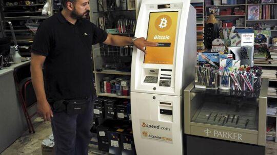 For 14 dage siden blev den første bitcoinvekselautomat stillet op i en boghandel i Acharnai i det nordlige Athen. Her kan man hæve 1.000 euro mod de ellers begrænsede 60 euro. Arkivfoto: Dimitris Michalakis, Reuters/Scanpix
