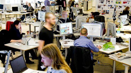 Det går stærkt på BTs kommandocentral, der er indrettet så tips og opgaver kan råbes højt - og blive hørt.