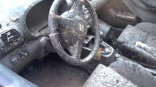En bil på havnen i Aabenraa blev totalt ødelagt af flodbølgen af fiskeolie fra den kollapsede tank.