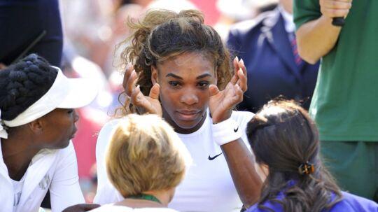 Serena Williamsfik detdårligt i sin damedouble sammen med søsteren Venus Williams ogtrak sig ud af kampen modKristina Barroisog Stefanie Voegele.