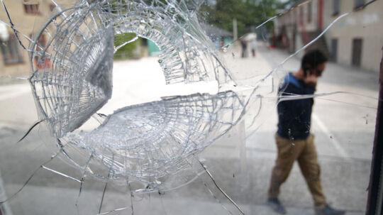 Ruder er blevet knust og murene er blevet overmalet med politiske budskaber. Den jødiske skole på Østerbro i København blev natten til fredag udsat for omfattende hærværk.