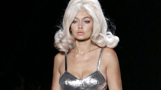 Det er aldrig kedeligt, når den sprælske, amerikanske designer, Jeremy Scott, inviterer til modeshow. Jeremy Scott, som superstjernerne (Rihanna, Miley Cyrus, Katy Perry. Lady Gaga m.fl) sværmer for, præsenterede sin S/S 2016 'ready to wear' kollektion i New York mandag aften. Blandt showets højdepunkter var modens nye darling - den 20-årige model Gigi Hadid - iført enorm bouffant, sølv bh og kort gogo nederdel.Klik videre og se højdepunkter fra showet...