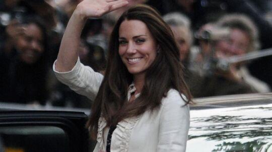 Kate MiddletonHotel Goringi det centrale London. Omgivet af jublende tilskuere akommer hun i bedste superstjerne-stil.