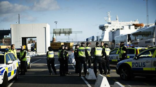 Svensk politi venter på flygtninge ved Trelleborg Færgeleje torsdag den 12. november 2015. Kl. 12.00 i dag indførte Sverige grænsekontrol.