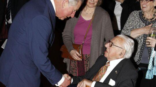 Nicholas Winton, der er 105 år, modtager tirsdag den tjekkiske orden 'The White Lion' for at have reddet 669 af børn fra nazisterne. Her ses Prins Charles (tv.) og Nicholas Winton under en mindehøjtidelighed i 2012 for en tidligere tjekkisk præsident.
