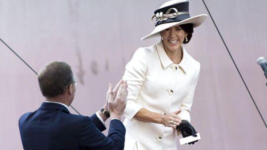 Kronprinsesse Mary var i overstadigt humør i forbindelse med navngivning ag verdens største containerskib Majestic Mærsk 25. sept. 2013. I forgrunden Mærsk topchef Nils Smedegaard Andersen.