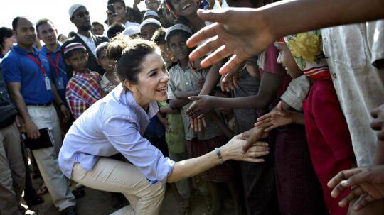 Med besøget skal ministeren og kronprinsessen sætte fokus på kvinders svære forhold i landet, der efter 50 års militærstyre nu har åbnet for demokratiske reformer, internationalt udviklingsarbejde og udenlandske investeringer. Her hilser kronprinsessen på børn i Say Tha Mar Gyi-lejrene udenfor Sittwe, som huser muslimske flygtninge.