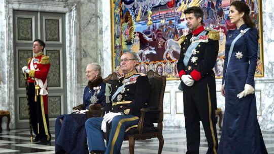 Det var en siddende dronning Margrethe og prins Henrik, som sammen med Kronprinsparret, ved dagens nytårskur modtog i alt 124 gæster, der alle var mødt op på Christiansborg for at ønske den kongelige familie godt nytår. Alt i alt tog seancen omkring 45 minutter. Det er lang tid at stå op for Dronningen, der af hensyn til sin gigtplagede ryg, derfor sad ned under kuren.Det bekræfter hoffet overfor bt.dk Sidste år var det også en siddende dronning og prinsgemal, der modtog lykønskninger ved nytårskuren,fordi Dronningens ryg gjorde knuder. Dengang valgte Prinsgemalen i solidaritet overfor sin hustru, også at sidde ned under modtagelsen af gæsterne, mens både Mary og Frederik tog imod stående. Klik videre og se billederne fra diplomaternes nytårskur.
