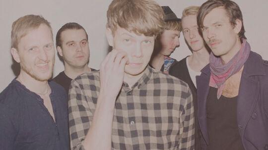 Med deres mildt eksperimenterende og behersket psykedeliske debut lægger Silkeborg-sekstetten Let Me Play Your Guitar sig anonymt i bølgen af bands, der hylder 60'ernes akustiske folk-pop.