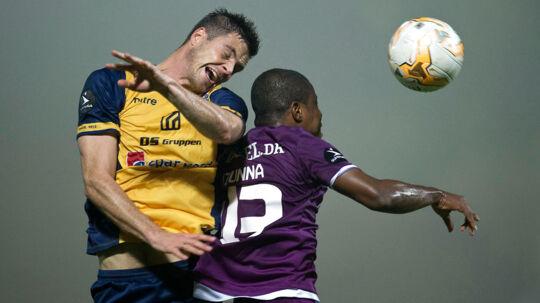 Hobro IK vs. FC Midtjylland 1-5. Superliga. Runde 10. Hobros Anders Egholm 2 i luften med FCMs Izunna Arnest Uzochukwu 43. (Foto: Bo Amstrup/Scanpix 2014)