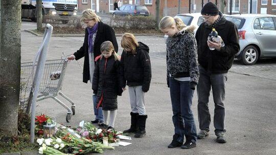Masser af rystede Thistedborgere lagde blomster og tændte lys på mordstedet i går.
