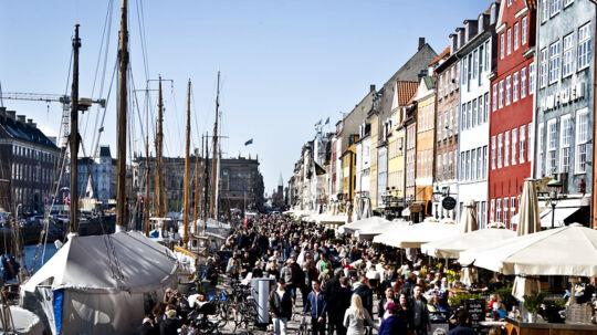 Det er dejligt vejr og folk nyder solen på Nyhavn.