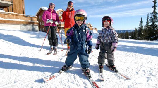 De billige januar-uger har altid været populære blandt de danske børnefamilier. Nu vælger flere også vinterferieugerne i Norge og Sveriges sne.