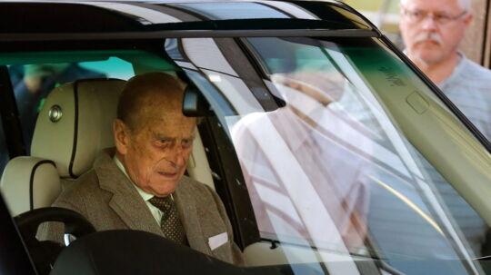 Prins Philip, Hertug af Edinburgh, forlader her Aberdeen Royal Infirmary, og bliver kørt til slottet Balmoral, hvor kongefamilien for øjeblikket er på ferie.
