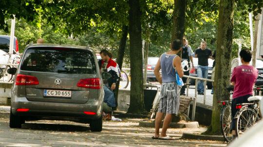 Danske Bank filialen på Rådhuspladsen i Århus blev i dag forsøgt røvet. Her har politiet lige anholdt en af de formodede gerningsmænd(mellem træerne) imens en anden formodet gerningsmans ligger på jorden foran bilen.