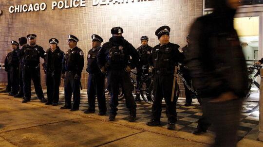 Chicago-betjent Jason Van Dyke dræbte 17-årige Laquan McDonald med 16 skud på åben gade d. 24. november 2015. Myndighederne i USA frygter for raceoptøjer efter offentliggørelsen af video, der viser en ung sort mand, som tilsyneladende uden grund skydes af hvid betjent.Demonstranter konfronterer politiet under demonstration, efter videon af skudepisoden blevet lagt på nettet.