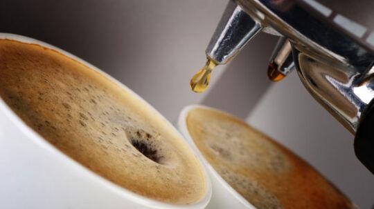 Nej, nej, nej! Der er alt for meget kaffe i. Den var aldrig gået på Danisco. Her må de ansatte kun fylde kaffekoppen halvt.