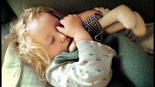 Mange forældre afleverer deres børn i vuggestue eller børnehave, selv om de er syge. (Arkivfoto)