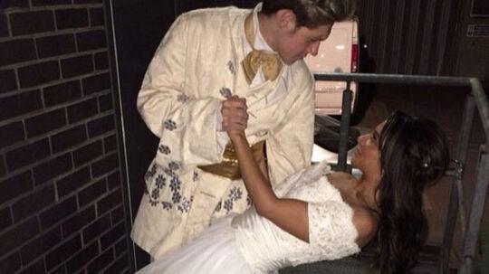 """Den tidligere britiske X Factor-dommer, Tulisa Contostavlos, er faldet i unåde hos One Direction-fans på Instagram og Twitter.Det skete, da hun klædte sig ud som Disney-prinsesse på sin 25-års fødselsdag og optrådte sammen med en prins. Der var bare det """"problem"""", at prinsen var hendes gode ven - selveste Niall Horan fra One Direction. Det affødte rasende kommentarer fra One Direction-fans på de to sociale medier. De hadefulde kommentarer spændte fra 'Hvem fanden tror hun, hun er? Fanden tage dig!' til 'Jeg graver hendes grav!' Det er ikke første gang den tidligere X Factor-dommer kommer i skandalesøgelyset. Her står hun for både sexvideoer og narkohandel."""
