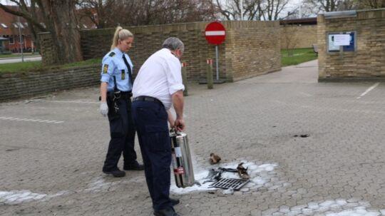 En cirka 40-årig mand satte tirsdag formiddag ild til sig selv foran Brøndby Rådhus. Her ses politiet umiddelbart efter redningsaktionen.