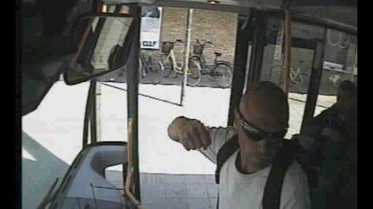 Et groft overfald på en buschauffør fik politiet til at gå ud med dette billede og efterlyse manden selv.