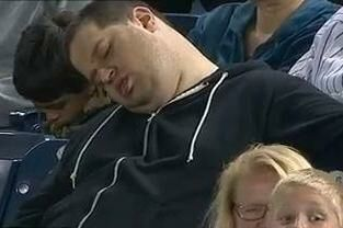 En sovende fan sagsøger to sportskommentatorer, der talte om ham på live-tv, mens han sov.