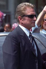 Michael Douglas skal i gang med at skrive, mener faderen Kirk. Arkivfoto: Scanpix.