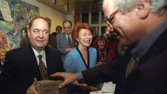Per Michaelsen har modtaget flere priser. Her modtager han Victor Prisen af tidligere chefredaktør for Ekstra Bladet Sven Ove Gade. Til højre kollegaen Mette Herborg.