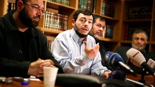 Yderst til venstre ses Imam Mohamed Al Khaled Samha. Han ses sammen med Ahmed Akkari og yderst til højre ses imam Ahmed Abu Laban. Personen bag Akkari er uidentificeret. De ses samlet i forbindelse med Muhammedkrisen i 2006.