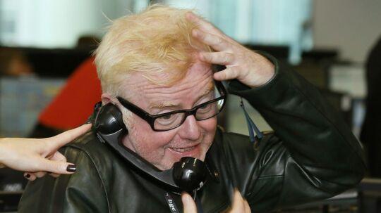 Den populære BBC-radiovært Chris Evans bebuder nye tider, når han med stationens højeste løncheck i ryggen sætter sig bag rattet på det toptunede succesprogram Top Gear, som hidtil har haft hans tidligere ven, Jeremy Clarkson, i førersædet.
