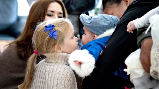 Mandag nåede kronprinsparret og deres firkløver af en børneflok frem til Paamiut og en dag, hvor der også var royal familiehygge på programmet. Det er første gang, at kronprins Frederik og kronprinsesse Mary har deres fire børn med på sommertogt i Grønland. Men de ser alle ud til at nyde turen og tiden sammen.  Her besøger de Familiecentret og forebyggelseskontoret. Den kongelige familie hilste på mødre med babyer og en lidt genert prinsesse Josephine spurgte om lov til at kysse en af babyerne på kinden. Klik dig videre og se flere billeder fra dagen i Paamiut.