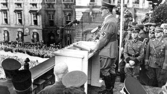 Nazitysklands rigskansler Adolf Hitler holder tale i Østrig.