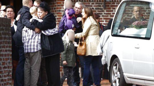 Tre små piger på 5, 3 og 2 tog fredag sammen med deres far afsked med den myrdede Lisa Maria Skjærbæk i Islev kirke.