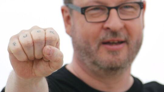 Lars von Trier viser sin fuck tatovering i Cannes. Det blev bare begyndelsen på en skandalefestival!