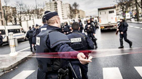 Fire personer er ifølge et fransk medie anholdt for at være i ledtog Amedy Coulibaly, der dræbte fire under terrorangrebene i Paris.