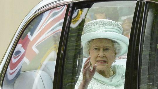 Her ses dronning Elizabeth i vanlig stil vinke bag et bilvindue til sit folk, da hun tidligere tirsdag var på vej til takkegudstjenesten i St. Paul's Katedral. Tirsdag aften klokken 18.00 holder Elizabeth en af sin sjældne tv-taler på ITN. Foto:/Nigel Roddis