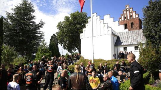 BTs udsendte vurderer, at omkring 250 personer er mødt op til dagens begravelse af Bandidos-rockeren Big Mac.