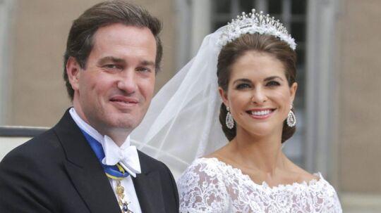 Smukt så det ud, da prinsesse Madeleine sidste år kørte gennem Stockholm med sin mand, Chris O'Neill, på deres bryllupsdag. Nu sætter hendes engagement gang i spekulationerne om, hvorvidt Madeleine er på vej væk fra det svenske kongehus. (Arkivfoto)