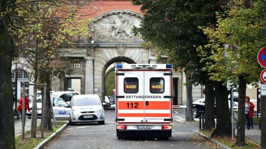 Her ankommer en ambulance til St. Georg Clinic 14. oktober 2014 in Leipzig, hvor en FN-ansat blev indlagt med seks dage tidligere. Han døde natten til tirsdag 14. oktober, oplyser hospitalet.