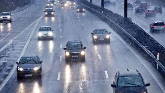 Forskere fra Aalborg Universitet har undersøgt, hvilke motorvejsstrækninger, som formodentlig giver flest grå hår i hovedet på os andre. Her ses bilerne en torsdag eftermiddag på Lyngby Motorvejen i regn og slud (arkivfoto).