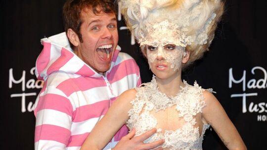 Her hygger Perez Hilton sig med en voks-version af veninden Lady Gaga. Men på sin blog/hjemmeside er det danske Alphabeat, Perez for alvor går amok over. Klik videre for at se nyt pressefoto af de danske superstjerner.